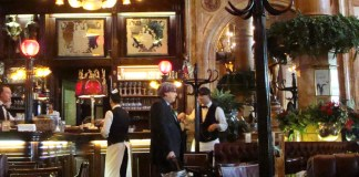 Puigdemont tomando café en Bruselas (Montaje fotográfico)