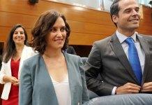 Diaz Ayuso y Aguado a la puerta del 36 del Ministerio del Tiempo