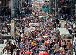 FOTO: Marcha de negacionistas anticuarentena en Berlín, sin mascarillas