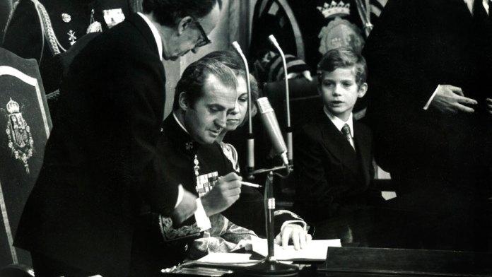 Juan Carlos I firma la Constitución Española