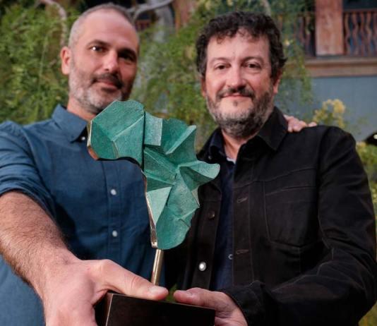 Xavier Aldekoa y Alfons Rodríguez, autor y fotógrafo del reportaje ganador, muestran el galardón del III Premio Saliou Traoré en el patio de Casa África. Foto: Ángel Medina/EFE
