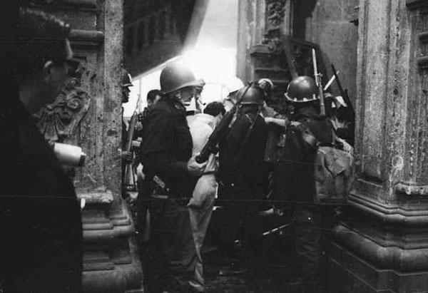 Cuerpo de granaderos violentando la escuela preparatoria  Foto.  Fundación UNAM