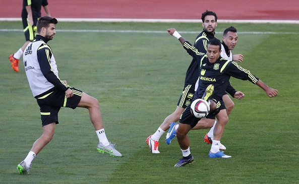 Spanish national soccer team's defender Gerard Pique (L) and Thiago Alcantara (R front) in action during a training session held at Las Rozas sports city, in Madrid, Spain, 06 october 2015. Spain will face Luxembourg on 09 October and Ukranie on 12 October in their upcoming UEFA EURO 2016 qualifying soccer matches. EFE/Alberto Martin