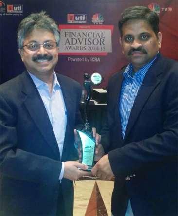 Srikanth Meenakshi, COO, and C.R. Chandrasekar, CEO, FundsIndia.com, with the 'National Online Advisory Service Award 2015'.