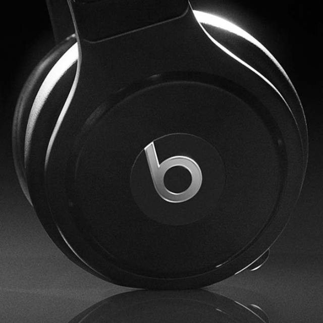 graff-diamonds-x-beats-by-dr-dre-pro-headphones-super-bowl-XLVIII-3-FSMdotCOM