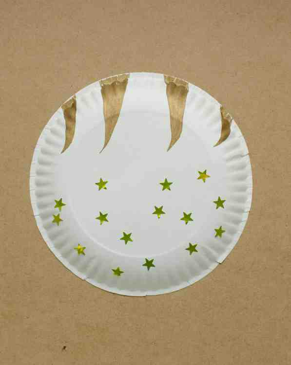 Paper plate Olympic torch craft (step 1).