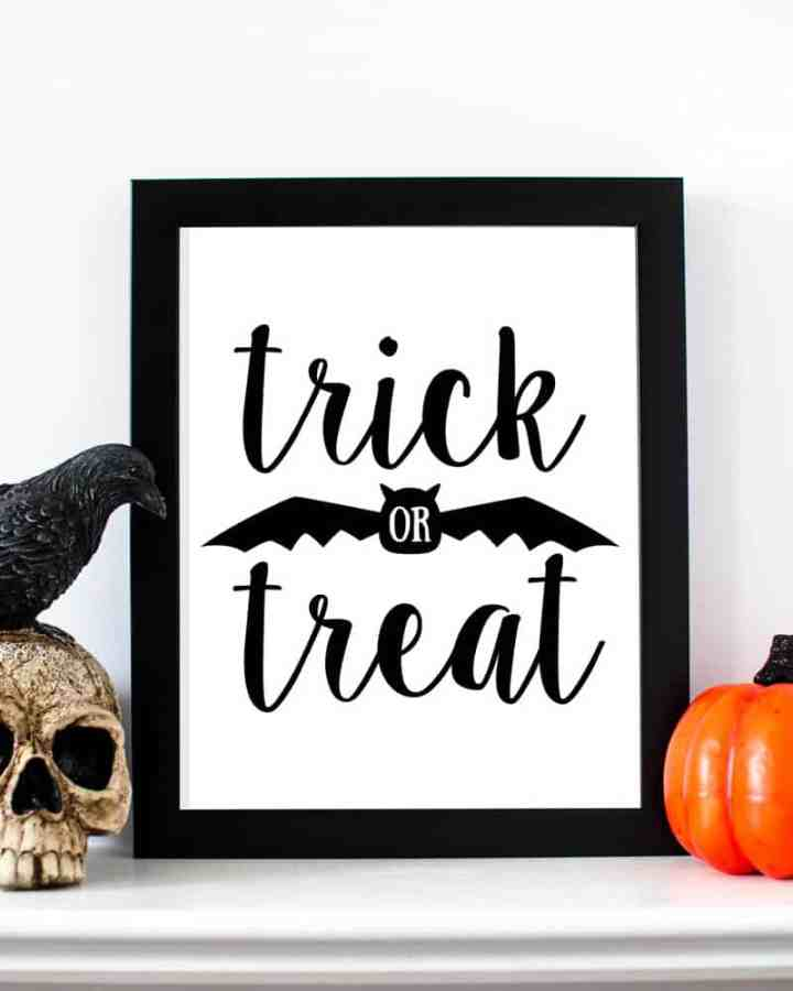 Free printable Halloween decorations: Grab this free set of Halloween art prints for your home. #halloweendecor #printabledecor #halloweenwallart #trickortreat #trickortreatsign #halloweensigns #funlovingfamilies