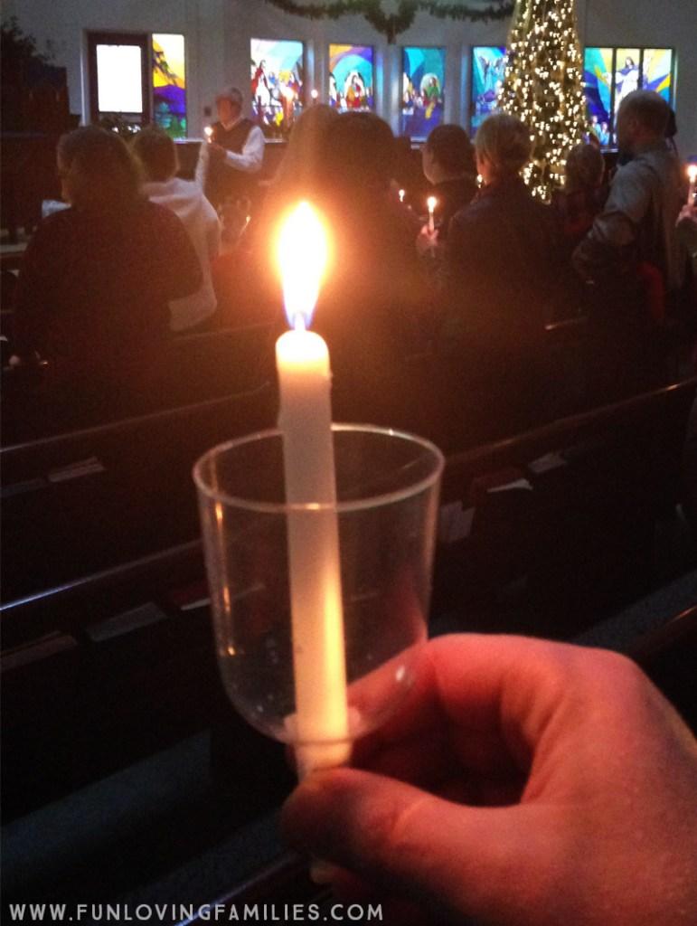 Servicio tradicional de Nochebuena a la luz de las velas en una iglesia