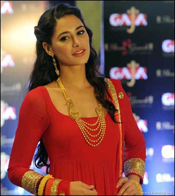 nargis-fakhri-in-red-indian-dress- (22)