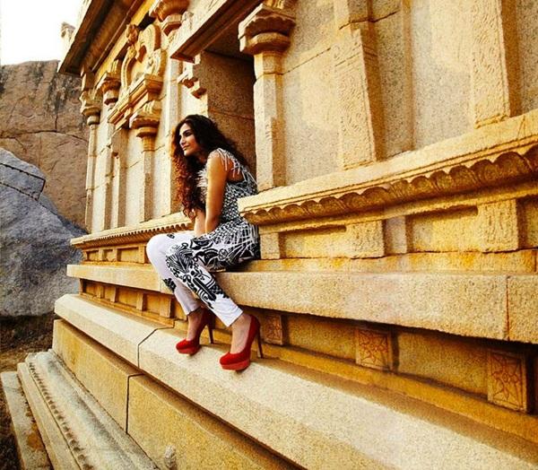 sonam-kapoor-photoshoot-for-elle-magazine- (3)