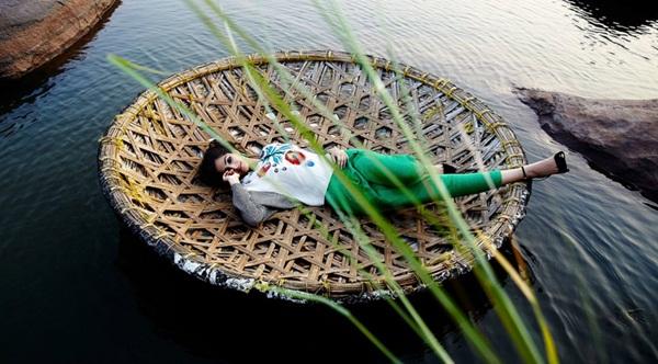sonam-kapoor-photoshoot-for-elle-magazine- (5)