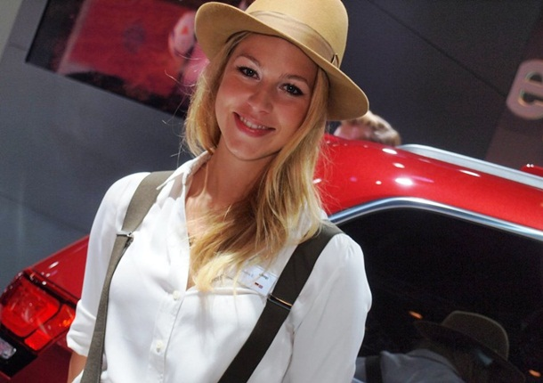 girls-with-cars-at-franfurt-motor-show-2013- (10)