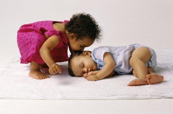 cute-babies-kisses- (12)