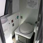 Wie sieht das WC im ADAC-Reisebus aus?