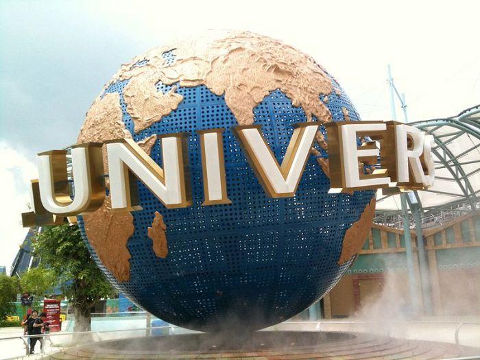 Universal_Globe_Singapore