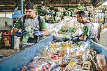 Dinheiro Jogado Na Lata De Lixo