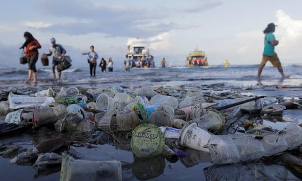 Praias De Bali Enterradas Na Maré De Lixo Plástico Durante A Temporada De Monções