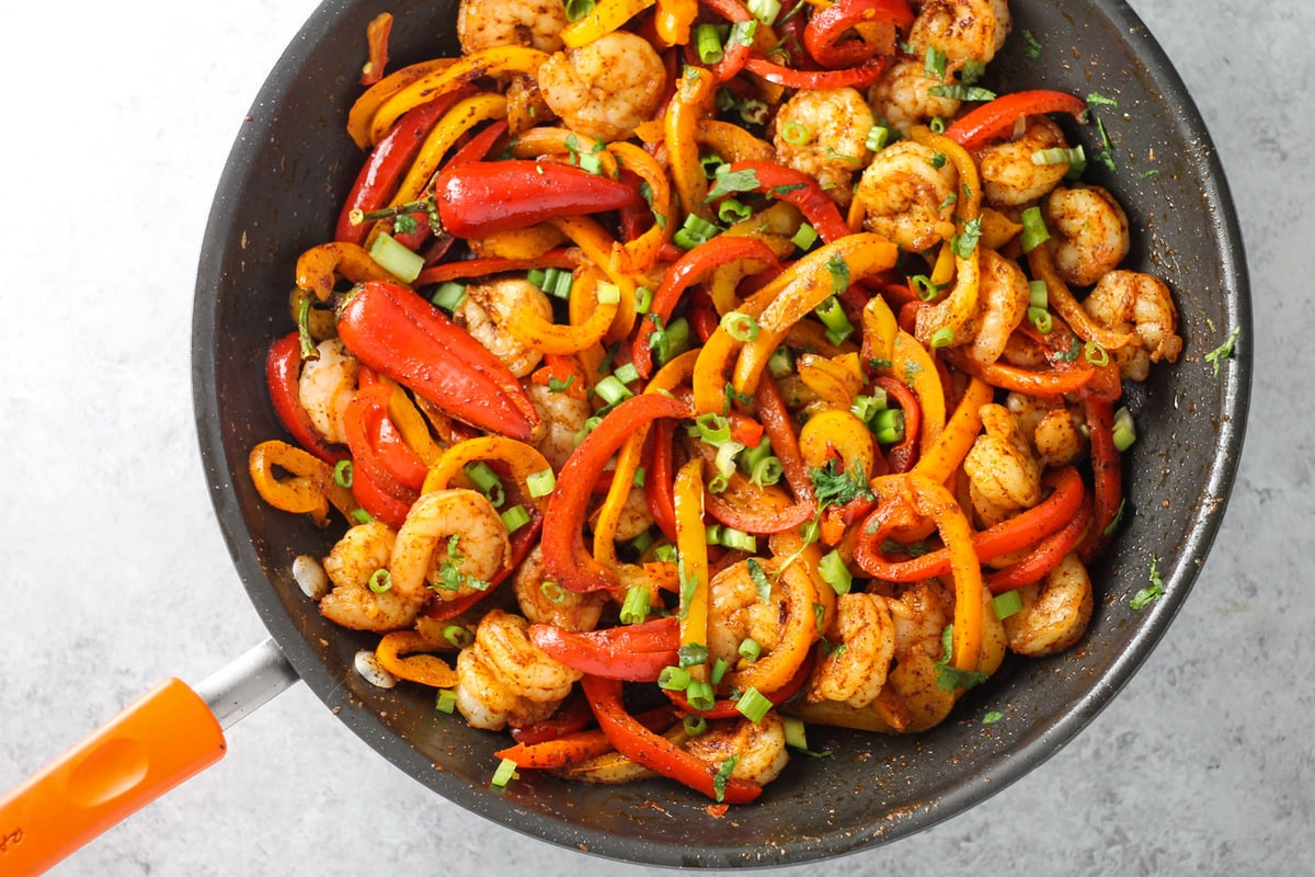 Delicious fajitas without onions or garlic? It is possible with this quick and easy Low Fodmap Shrimp Fajitas recipe!