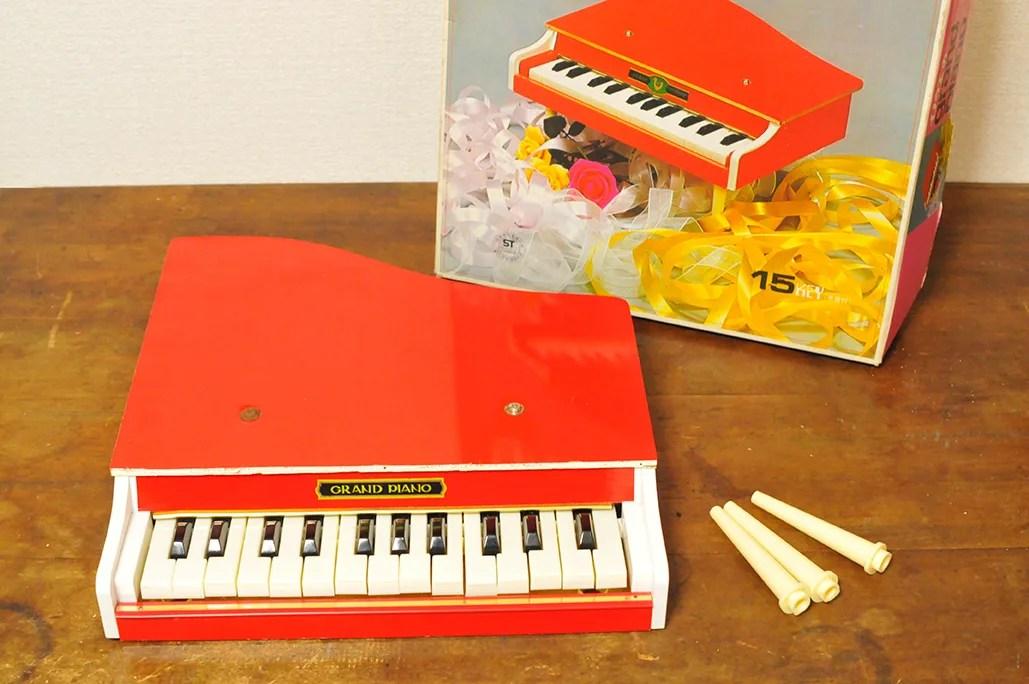 真っ赤なレトロ可愛いミニグランドピアノ