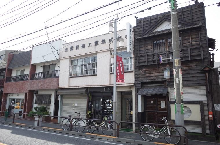 パン屋『KAISO(カイソ)』のある茶沢通り沿いのレトロな建物