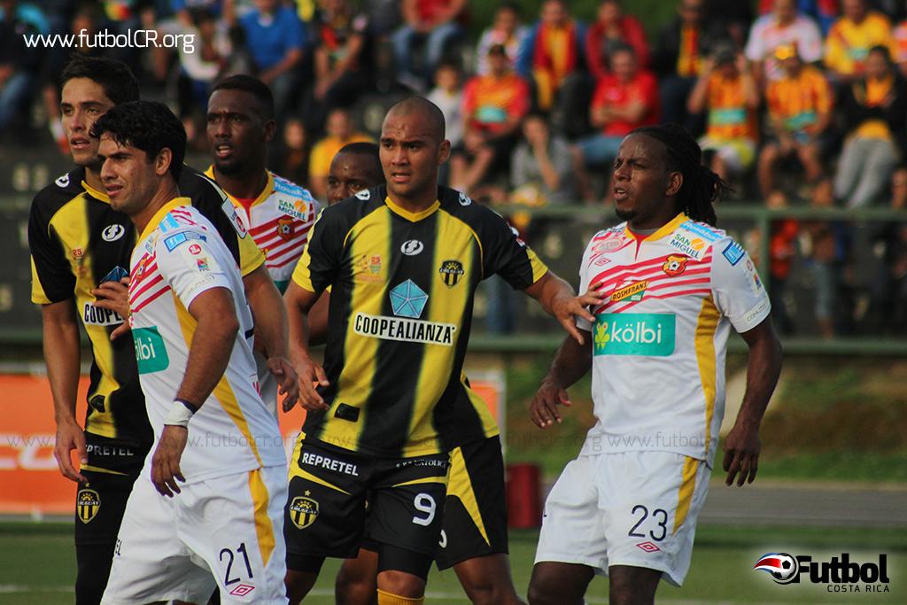 Jugadores de herediano y Uruguay disputaban el balón en tiro de esquina durante el segundo tiempo ayer.