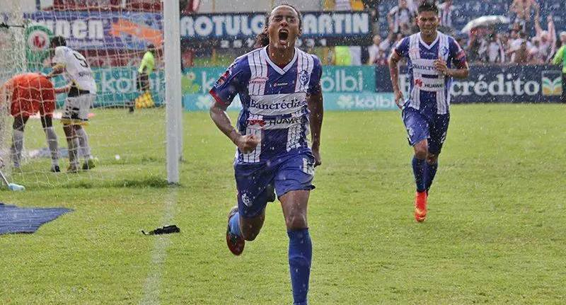Jameson Scott celebra el gol de la ventaja de Cartaginés, tras fallar un lanzamiento de penal. Foto: Robert Vindas para Futbol Costa Rica