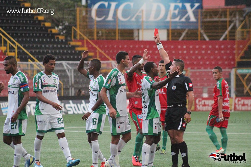 Jeffrey Solís expulsa a Esteban Maitland de manera directa, luego de fuertes reclamos y segundos después expulsó a Rónald Gómez.