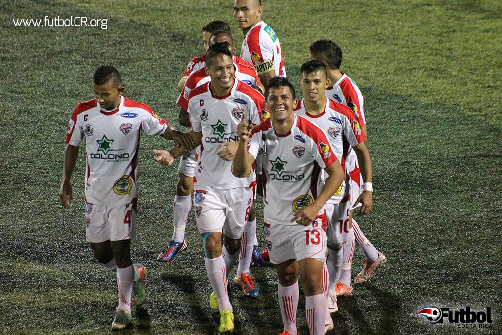 Kevin Fajardo celebró el segundo gol de AD Santos de una manera muy alegre.