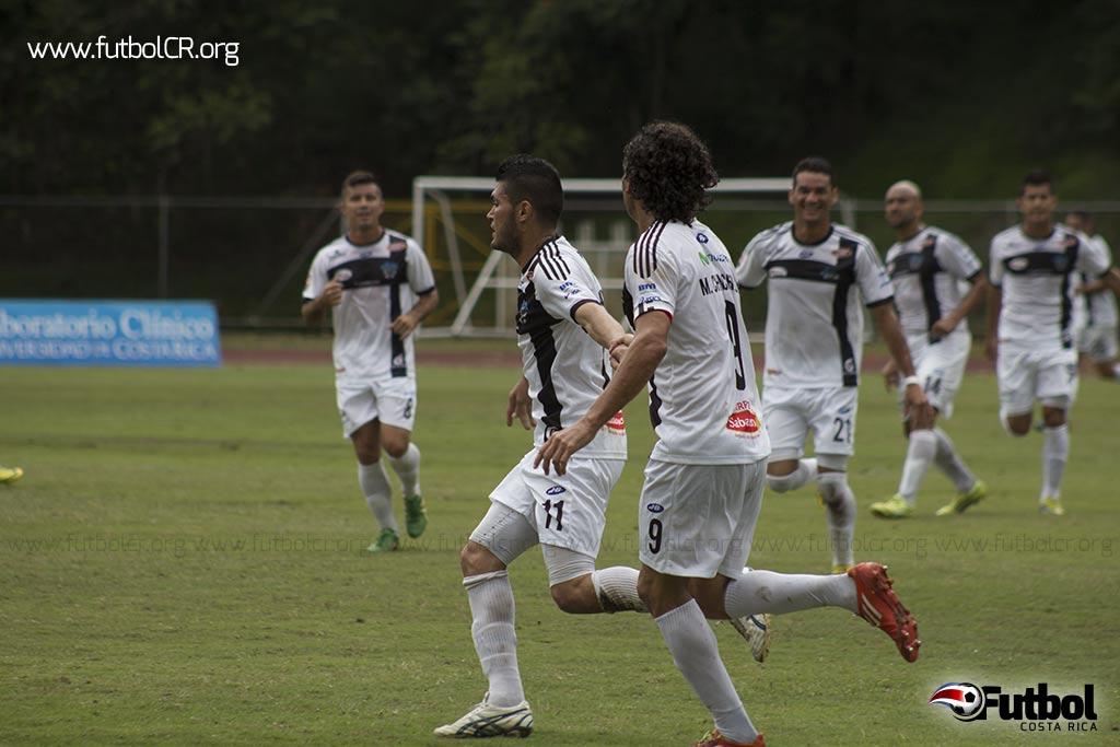 Aarón Navarro celebró su segundo gol del torneo, el primero del juego, y se mete en la pelea por el goleo de la temporada.