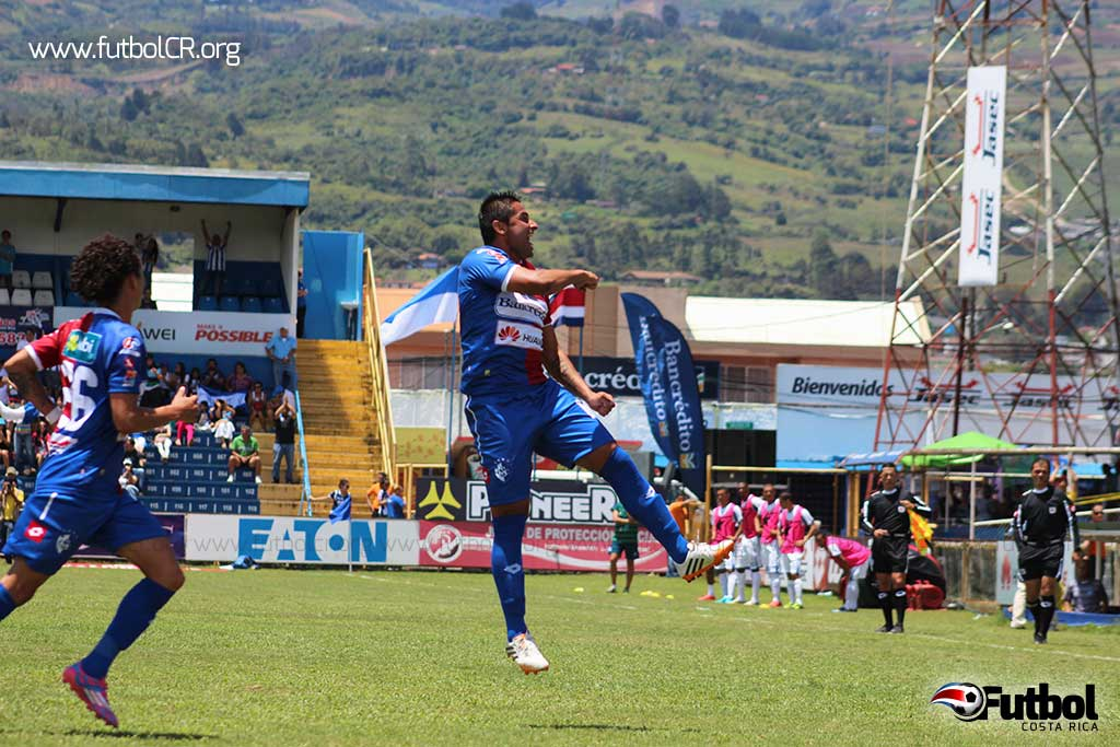 Carlos Hernández celebra la única anotación del juego