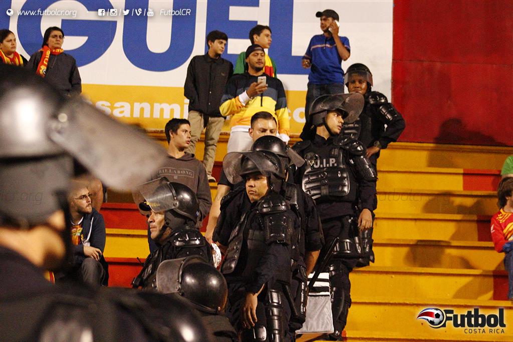 Pero no todo fue gloria, los conatos de violencia en las gradas por poco arruinan el acto hasta que llegó la Fuerza Publica. Foto: Steban Castro