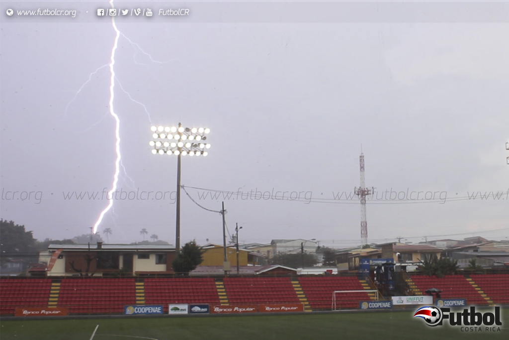 Tormenta. Las fuertes lluvias y la peligrosa rayería obligaron a una suspensión parcial de la final. Foto: Steban Castro