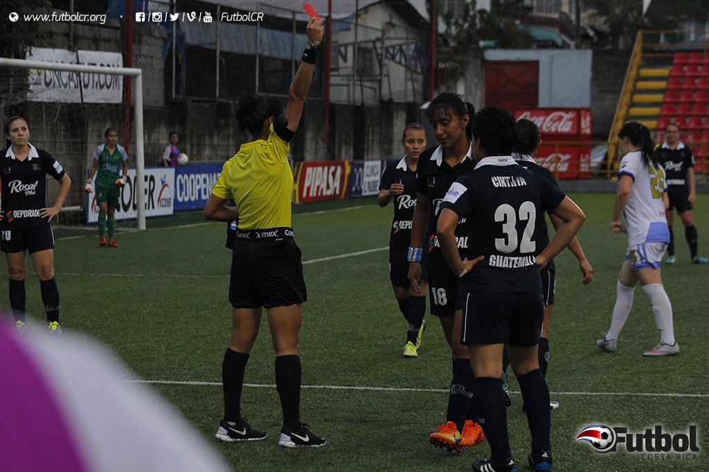 Yuvitza Mayen es expulsada por la central Melissa Pérez de Panamá, durante el segundo tiempo del juego. Foto: Steban Castro