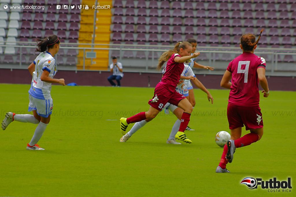 Gloriana Villalobos en jugada individual marcó el segundo del juego para las moradas, que dejan la serie abierta para el partido de vuelta. Foto: Steban Castro