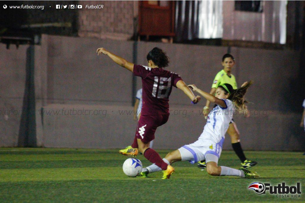 La disputa del balón fue un factor constante en el encuentro. Foto: Steban Castro.