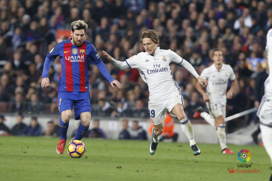 Luka Modric marca a un Lio Messi que lució discreto, y que acumula cinco Clásicos sin gol. Foto: LaLiga.es