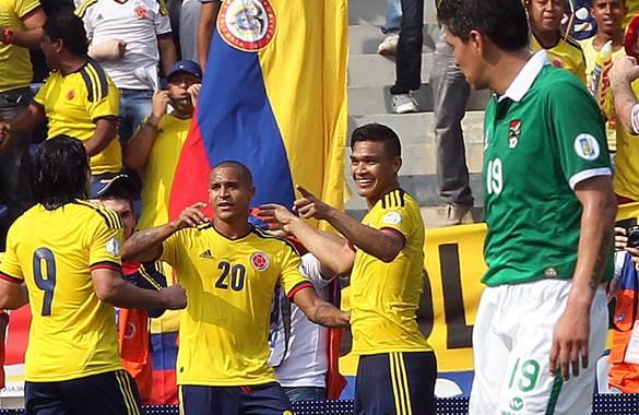 Macnelly Torres festeja el gol de Colombia con sus compañeros Teófilo (der.) y Radamel Falcao (izq.).