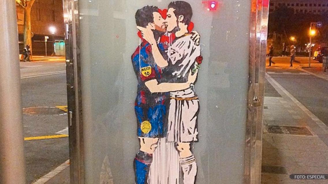 Messi y Cristiano Ronaldo se besan en un mural de Barcelona
