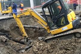 A Torino in viale Thovez un tubo si è rotto realizzando un cratere per la strada