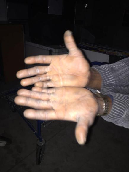 Le mani di un profugo Ph: Raffaele Angius