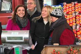 Giorgia Meloni e Augusta Montaruli con alcuni commercianti del mercato