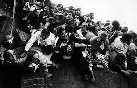 La strage dello stadio Heysel di Bruxelles provocò la morte di 39 tifosi della Juventus, di cui 32 italiani, che erano partiti verso il Belgio per assistere alla finale di Coppa dei Campioni tra i bianconeri e il Liverpool
