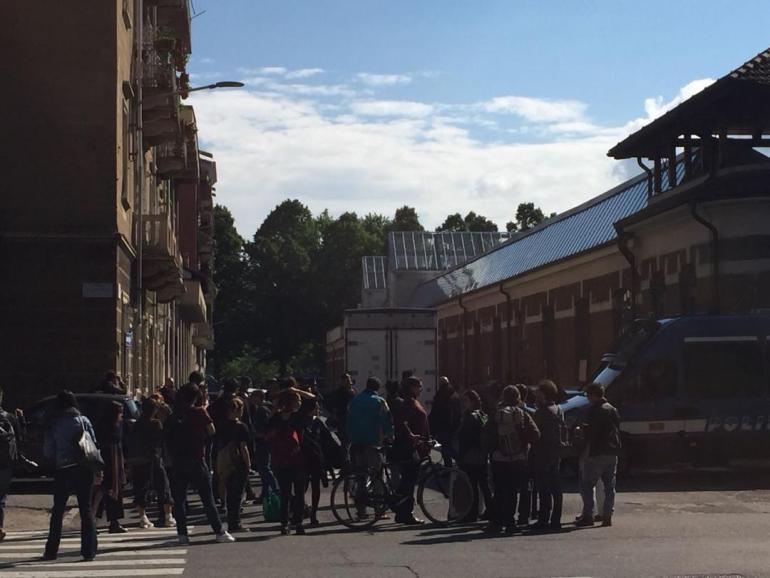Un gruppo di 30 attivisti del Manituana assiste allo sgombero del laboratorio culturale autogestito in corso da questa mattina