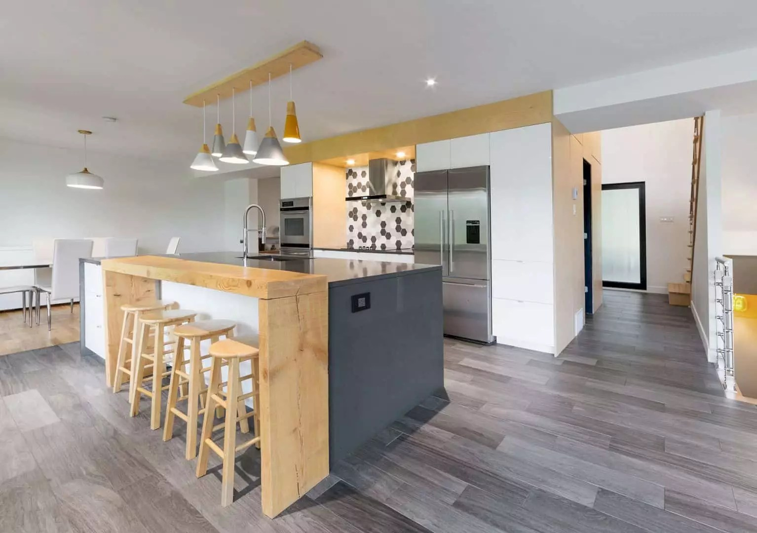 Maison Unifamiliale Repentigny: Renovation of A Single-Family Home into A Modern Home in Suburbs