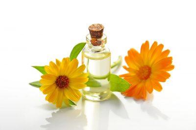 花と精油ボトル