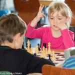 Emma (Klasse 1a) nähert sich dem Ende der ersten Partie. Der Zug war der Richtige, denn wenig später konnte Emma bei Ihrer ersten Turnierpartie direkt den ersten SIeg einfahren.
