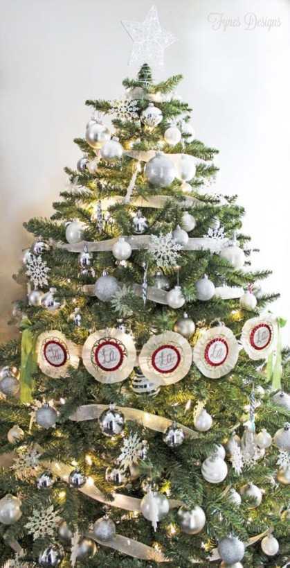 Neutral Christmas tree decor from fynesdesigns.com