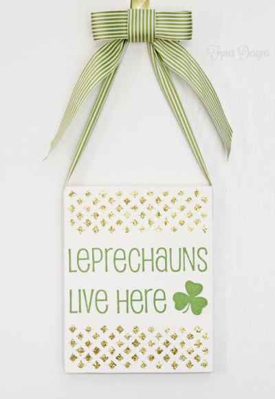 St. Patrick's Day Door Decor #holiday #green #stpatricksday #shamrock #leprechaun #glitter #gold