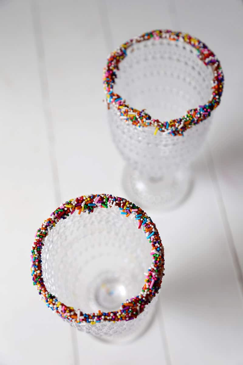 Rim Milkshake glasses with chocolate and sprinkles