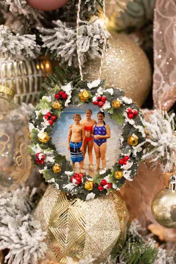 IKEA HACK: use a cork coaster to make a sweet photo keepsake ornament |Photo Ornament by popular Canada DIY blog, Fynes Designs: image of a Christmas wreath photo ornament made from a IKEA coaster.